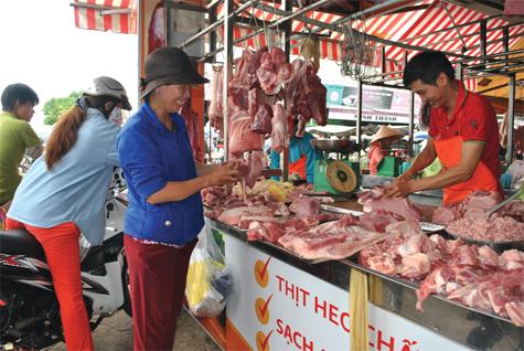 THỜI SỰ 18H CHIỀU 13/11/2019: Sản lượng thịt lợn trong nước đang thiếu hụt khoảng 8,7% so với cùng kỳ năm ngoái, trong khi giá lợn hơi không ngừng tăng, đẩy nguy cơ nguồn cung thịt lợn trong nước khan hiếm những tháng cuối năm.
