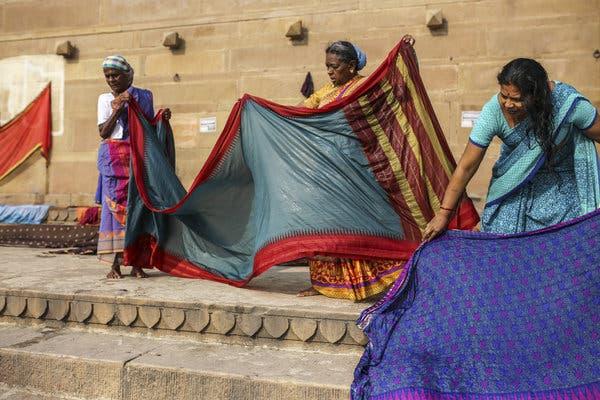 Làng dệt truyền thống nằm bên bờ sông Hằng ở Ấn Độ cùng những bí quyết về nghề dệt tồn tại hàng trăm năm (17/11/2019)