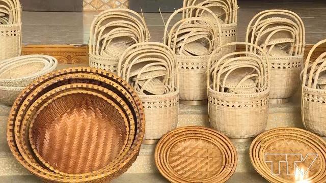 Trò chuyện với bà Phạm Thị Lan, chuyên viên tư vấn bảo vệ môi trường, tổ chức Trợ giúp nhà thờ Na uy về các sản xuất các mặt hàng thủ công làm hoàn toàn từ chất liệu thiên nhiên, thân thiện với môi trường (26/11/2019)
