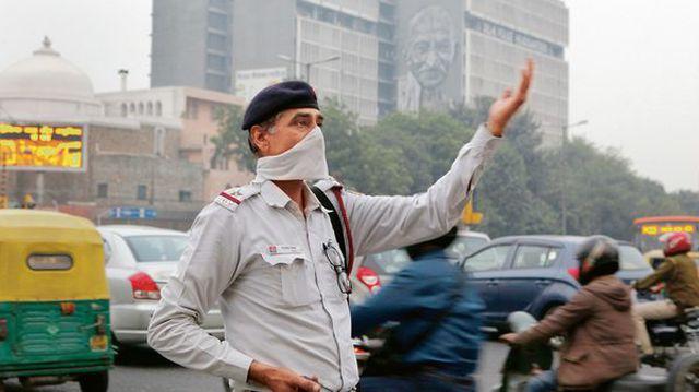 Ấn Độ trước tình trạng ô nhiễm không khí nghiêm trọng: Người dân đeo khẩu trang cho tượng thần (13/11/2019)