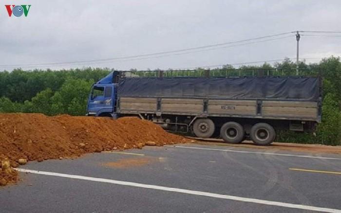 THỜI SỰ 21H30 ĐÊM 26/11/2019: Hàng trăm lượt xe khách, xe tải cố tình chạy vào đường cao tốc đoạn La Sơn - Túy Loan đang thi công, gây nguy hiểm cho các công nhân đang hoàn thiện công trình.