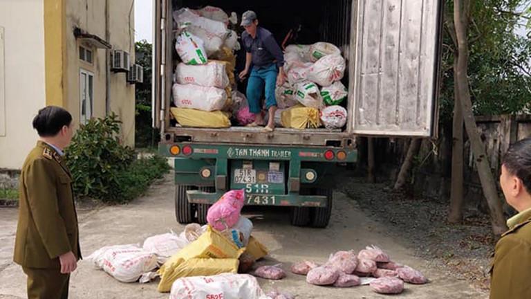 Quản lý thị trường Hà Tĩnh: Bắt giữ xe container chở gần 12 tấn nội tạng động vật đang hư hỏng (12/12/2019)
