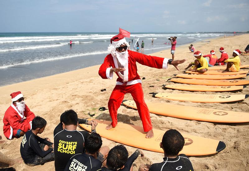 Ông già Noel lướt ván sóng ở Brazil (17/12/2019)