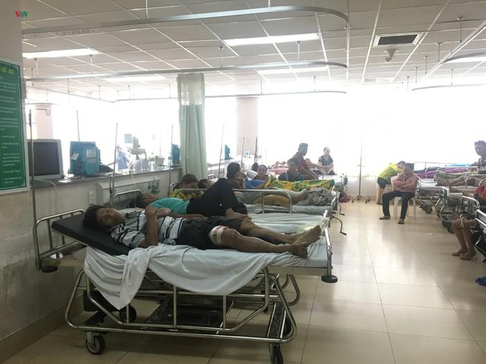 Tại Bà Rịa - Vũng Tàu, xe khách lật trên Quốc lộ 51, gần 20 người nhập viện (Thời sự trưa 3/2/2019)