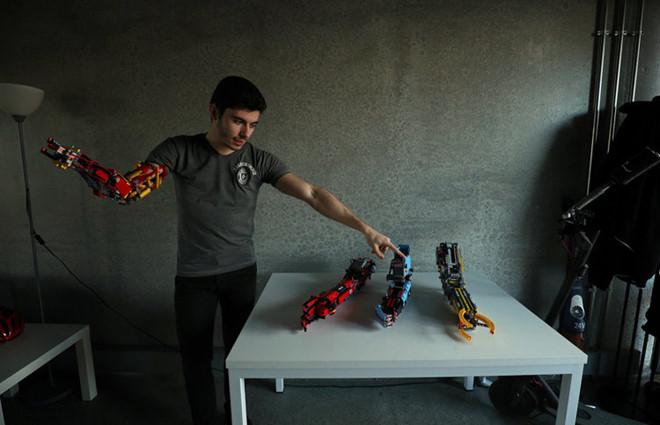Một thanh niên khuyết tật người Tây Ban Nha làm tay giả từ những mảnh ghép Lego (12/2/2019)