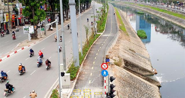 Lắp rào chắn xe máy trên đường đi bộ ven sông Tô Lịch (25/3/2019)