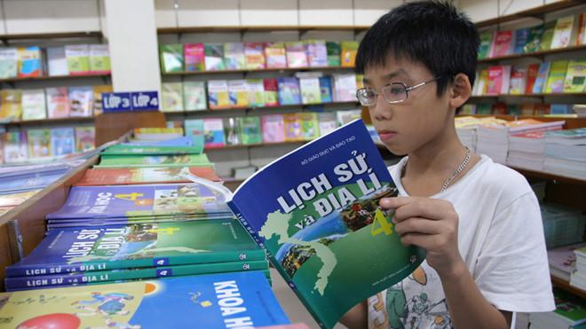 Nhà xuất bản Giáo dục tăng giá sách giáo khoa bắt đầu từ năm học mới 2019-2020 (Thời sự sáng 30/3/2019)