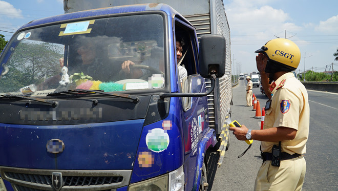 Thành phố Hồ Chí Minh ra quân kiểm tra xử lý vi phạm không thắt dây an toàn khi ngồi trên xe ô tô đang tham gia giao thông: Nhiều người còn lơ là, đối phó (Thời sự đêm 17/3/2019)