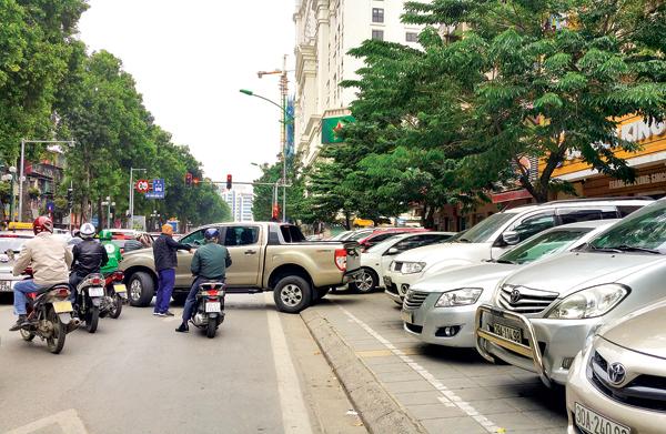 Thiếu bãi đỗ xe ô tô – Một trong những nguyên nhân gây ùn tắc giao thông (5/4/2019)