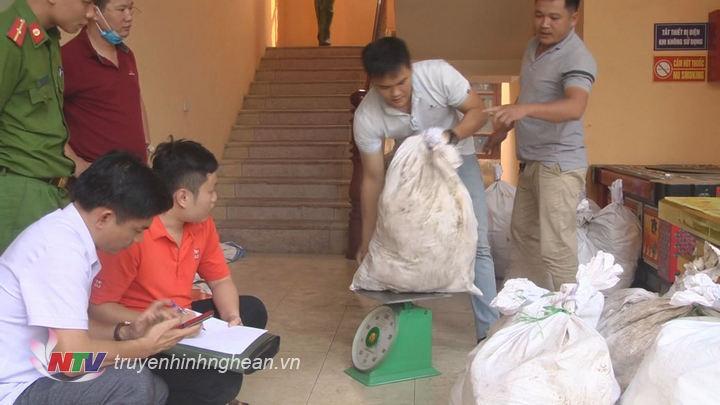 Công an Nghệ An thông tin chính thức về việc thu giữ lượng lớn chất ma túy, cho biết đã bắt ba đối tượng và thu giữ 700 kg ma túy đá (Thời sự đêm 17/4/2019)