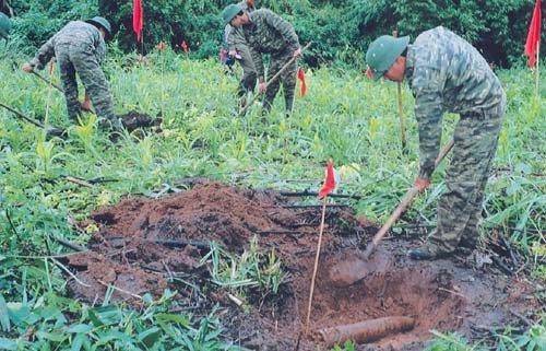 Khoảng 800 nghìn tấn bom đạn còn sót lại sau chiến tranh ở Việt Nam. (Thời sự sáng 4/4/2019)