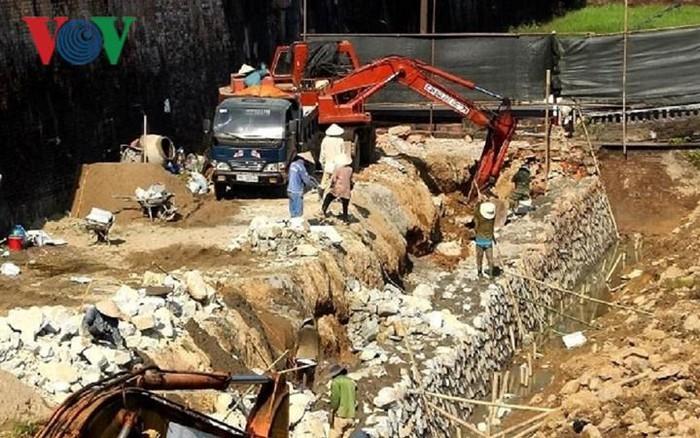 Nhiều ý kiến lo ngại khi một phần kè dọc Hộ Thành Hào, thuộc dự án Bảo tồn, tu bổ và tôn tạo mặt Nam của Kinh thành Huế được dỡ bỏ và xây lại kè mới (Thời sự chiều 15/4/2019)
