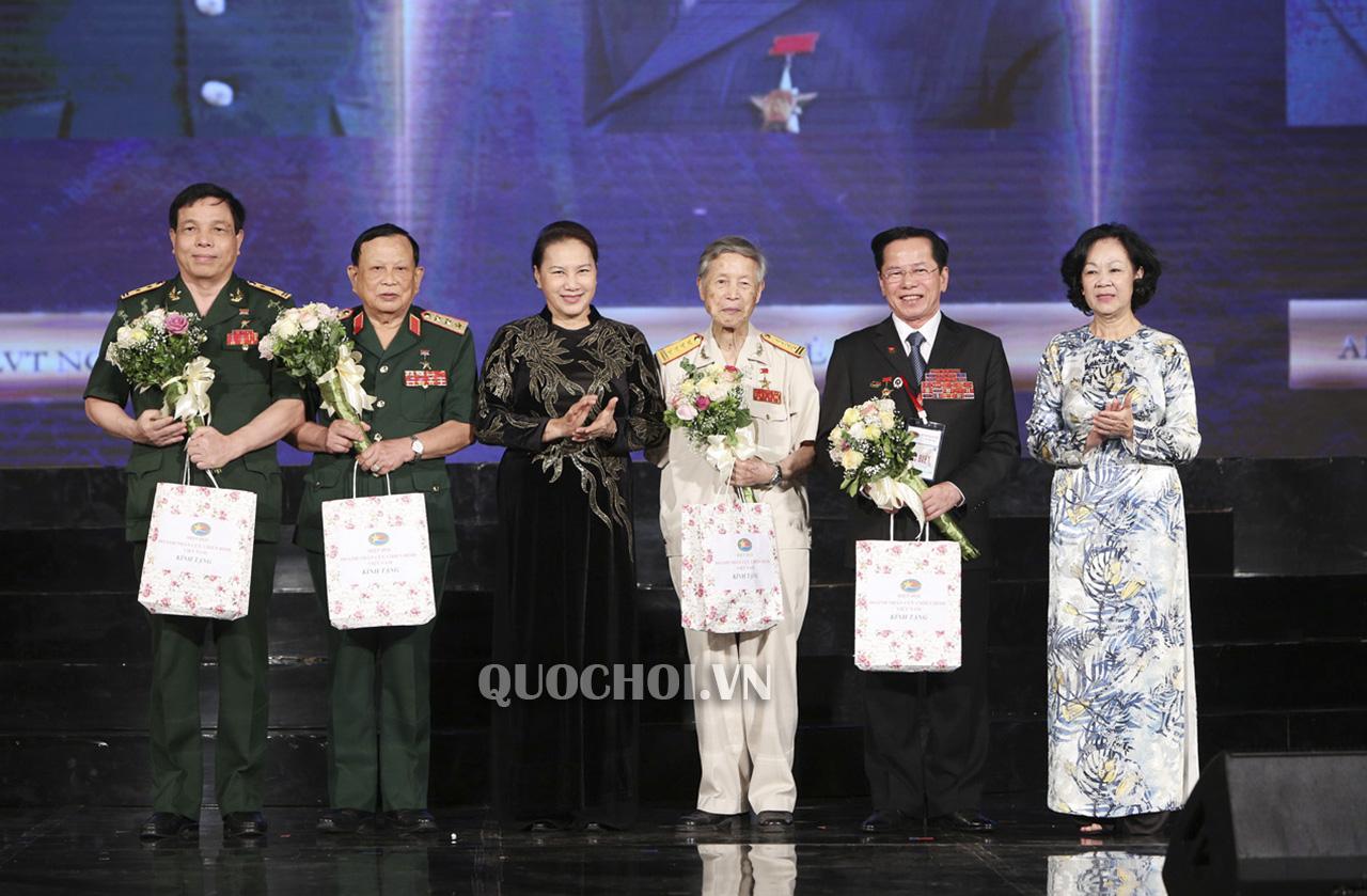 """Chương trình """" Tri ân đồng đội"""" do Hội Cựu chiến binh Việt Nam tổ chức tối qua trao hơn 320 tỷ đồng cho các hoạt động đền ơn đáp nghĩa (Thời sự trưa 28/4/2019)"""