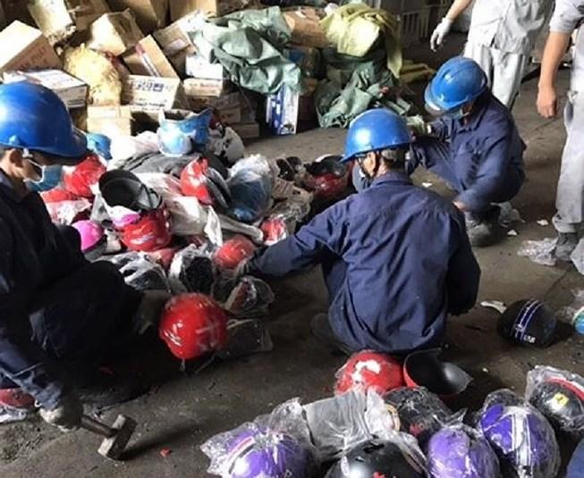 Quản lý thị trường thành phố Hồ Chí Minh tiêu hủy lô hàng nhập lậu hơn 2 tỷ đồng (2/4/2019)
