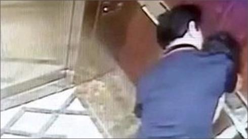 Vì sao chưa khởi tố vụ bé gái ở Thành phố Hồ Chí Minh bị sàm sỡ trong thang máy? (Thời sự trưa 13/4/2019)