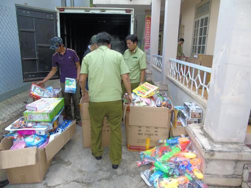 Hà Tĩnh thu giữ gần 1 tấn đồ chơi và kẹo không nguồn gốc xuất xứ (31/5/2019)