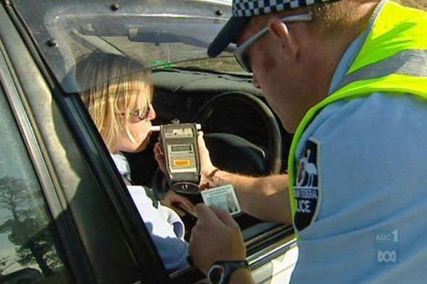 Australia chính thức áp dụng phạt nặng lái xe uống rượu (22/5/2019)