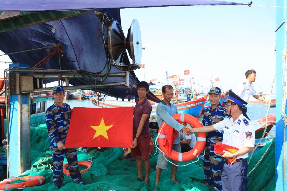 Vùng Cảnh sát biển 2 đồng hành cùng người dân huyện đảo Lý Sơn (24/5/2019)