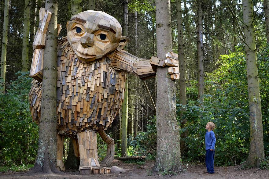 Những tác phẩm điêu khắc khổng lồ làm từ gỗ bỏ đi, nhắc con người hãy ứng xử hài hòa với thiên nhiên (16/5/2019)