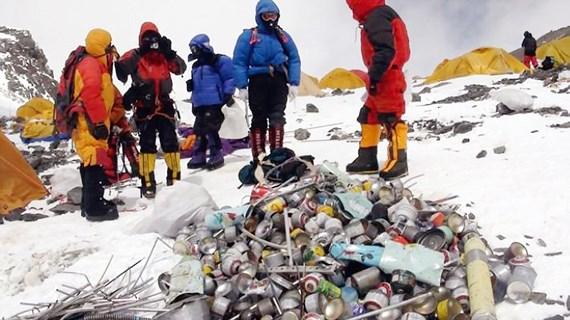 Chiến dịch thu dọn rác trên đỉnh Everest (6/6/2019)