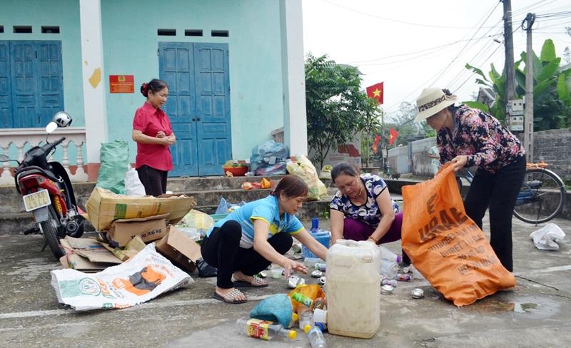 """Hội phụ nữ Hạ Long, Quảng Ninh, đã """"biến rác thành tiền"""" (15/6/2019)"""