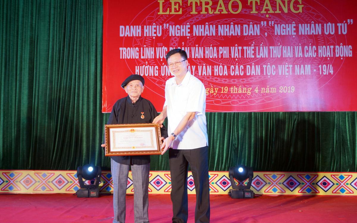 Nghệ nhân Hoàng Hóa, người đầu tiên của tỉnh Bắc Kạn được phong tặng danh hiệu Nghệ nhân Nhân dân (17/7/2019)