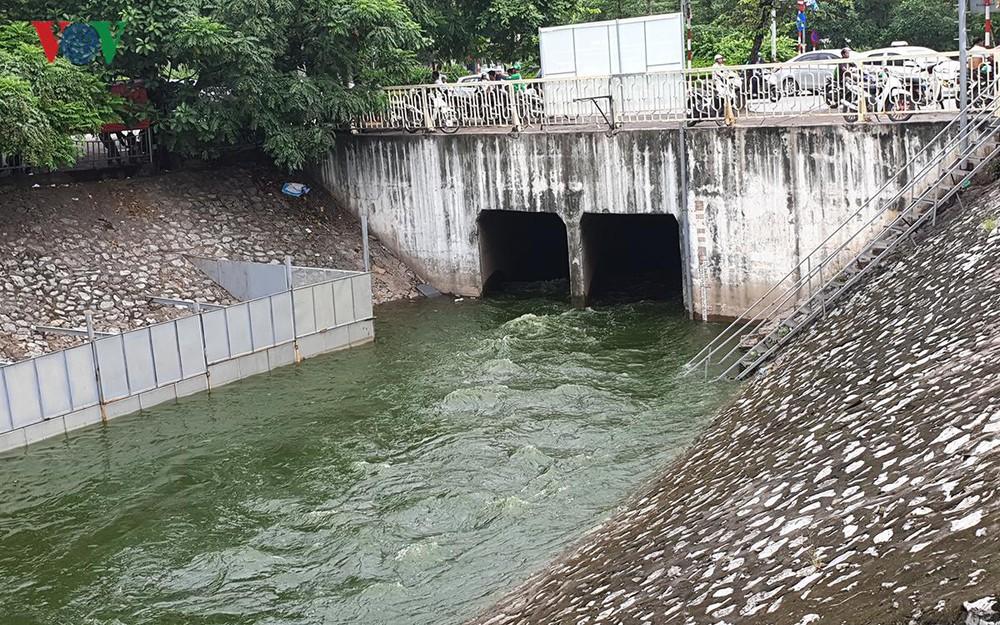 THỜI SỰ 21H30 ĐÊM 17/7/2019: Công ty Trách nhiệm hữu hạn Một thành viên Thoát nước Hà Nội phản hồi về việc xả nước hồ Tây ảnh hưởng đến kết quả thử nghiệm xử lý ô nhiễm tại sông Tô Lịch