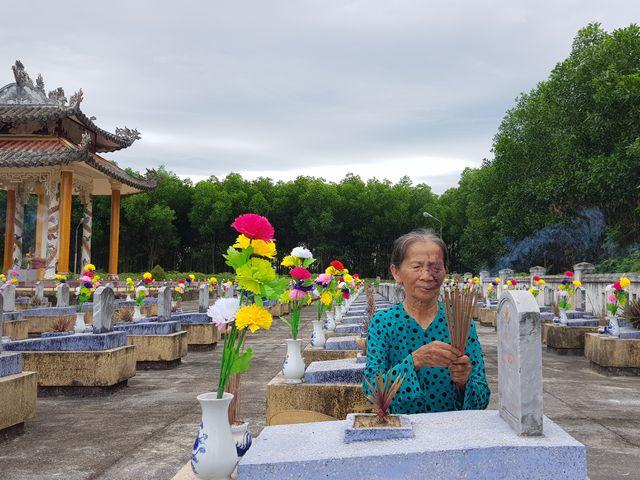 Nữ du kích Nguyễn Thị Diên với những hành động, việc làm đầy ân tình dành cho những người đã khuất, ở nghĩa trang Cam Thủy, huyện Cam Lộ, tỉnh Quảng Trị (27/7/2019)