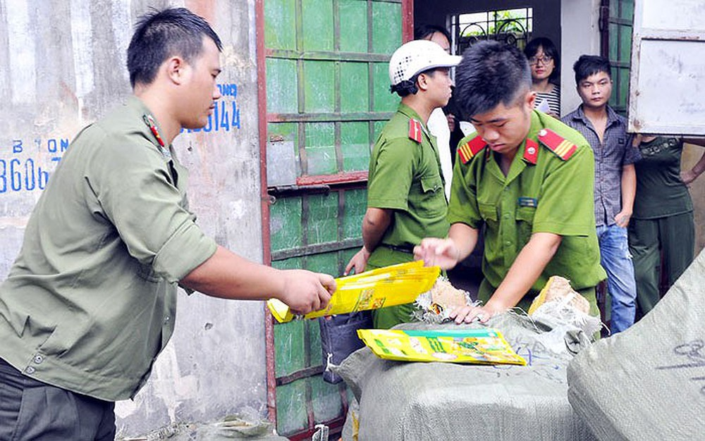 Lạng Sơn: bắt giữ lượng lớn hàng hóa tiêu dùng nghi ngờ là hàng nước ngoài đội lốt hàng Việt (2/7/2019)
