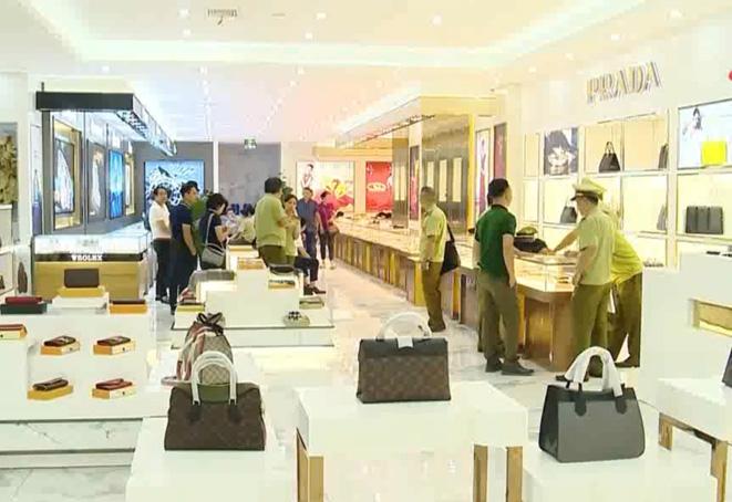 Móng Cái, Quảng Ninh: Thu giữ lượng lớn hàng hóa có dấu hiệu vi phạm tại hai trung tâm mua sắm lớn (16/7/2019)