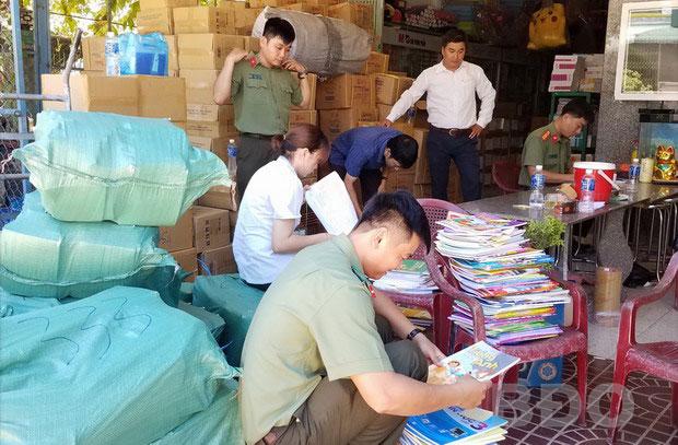 Kiểm tra kiểm soát thị trường sách trước thềm năm học mới để ngăn chặn sách in lậu, sách giả (15/8/2019)