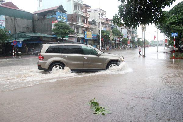 Bạn hữu đường xa: Kinh nghiệm xử lý khi xe ô tô đi qua vùng ngập nước (15/8/2019)