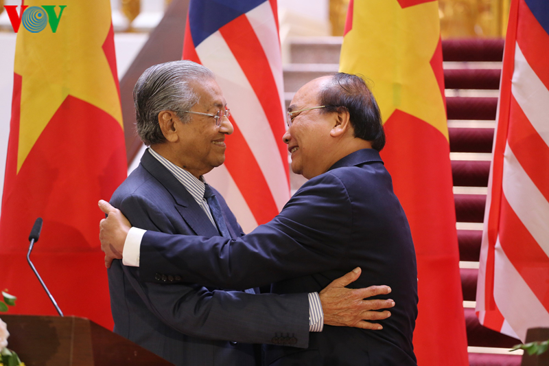 THỜI SỰ 18H CHIỀU 27/8/2019: Thủ tướng Nguyễn Xuân Phúc đón và hội đàm với Thủ tướng Malaysia. Hai bên nhất trí hợp tác chặt chẽ cùng ASEAN bảo đảm hoà bình, ổn định, an ninh, an toàn, tự do hàng hải và hàng không ở Biển Đông.