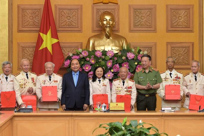THỜI SỰ 18H00 CHIỀU 19/8/2019: Thủ tướng Nguyễn Xuân Phúc gặp mặt đoàn cán bộ Công an chi viện chiến trường miền Nam nhân dịp kỷ niệm 74 năm Cách mạng Tháng Tám và 74 năm Ngày truyền thống Công an nhân dân Việt Nam (19-8-1945)