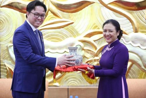 Trao kỉ niệm chương vì hòa bình cho Đại sứ Campuchia (26/8/2019)