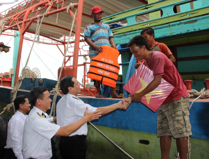 Hải quân Việt Nam làm điểm tựa cho ngư dân vươn khơi bám biển (19/8/2019)