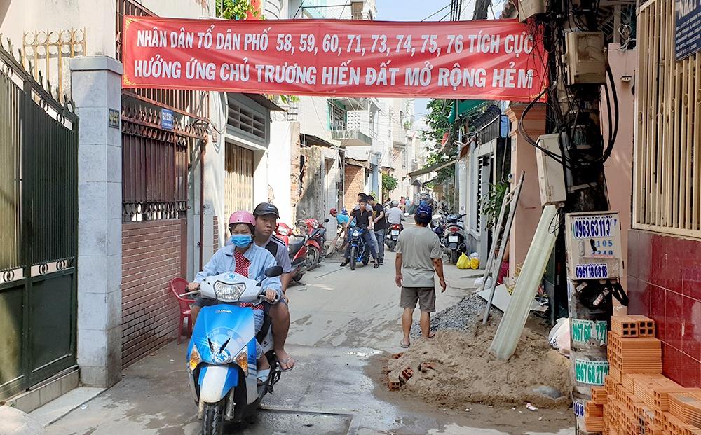 Chủ trương đúng luôn được nhân dân ủng hộ và hưởng ứng qua việc hàng trăm người dân ở quận 3, thành phố Hồ Chí Minh hiến đất vàng mở đường (18/9/2019)