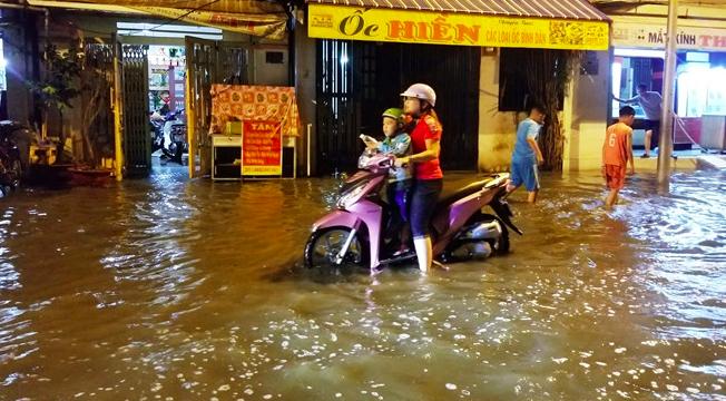 Vỡ bờ bao do triều cường, hàng trăm nhà dân Thành phố Hồ Chí Minh bị nước vây quanh (30/9/2019)