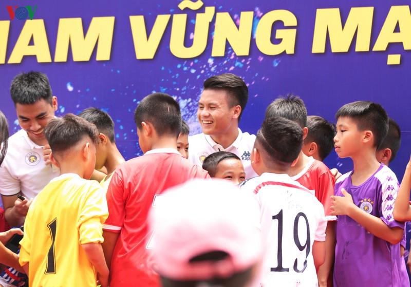 """Câu lạc bộ bóng đá Hà Nội """"đại sứ thắp lửa ước mơ"""" cho các em nhỏ (28/9/2019)"""