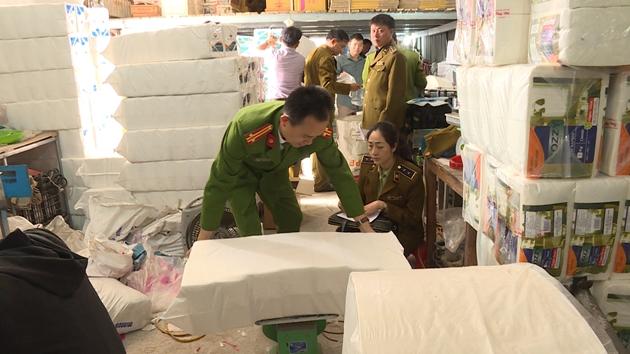 Bắc Ninh: Phát hiện xưởng sản xuất giấy ăn nghi giả nhãn hiệu (7/1/2020)