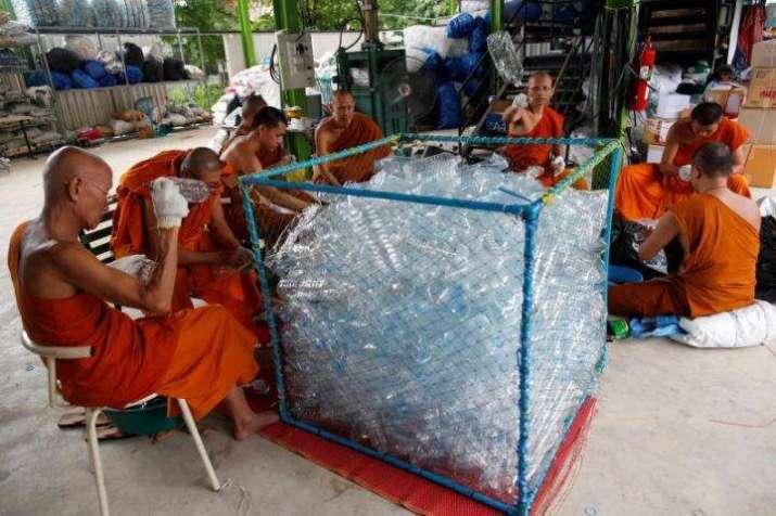 Các nhà sư ở Thái Lan may áo choàng từ chai nhựa tái chế (17/2/2020)