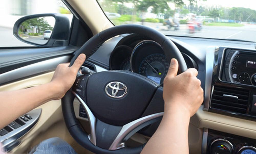 Chuyên mục Bạn hữu đường xa: Ảo giác ô tô đi lùi khi dừng đèn đỏ và cách khắc phục (12/3/2020)
