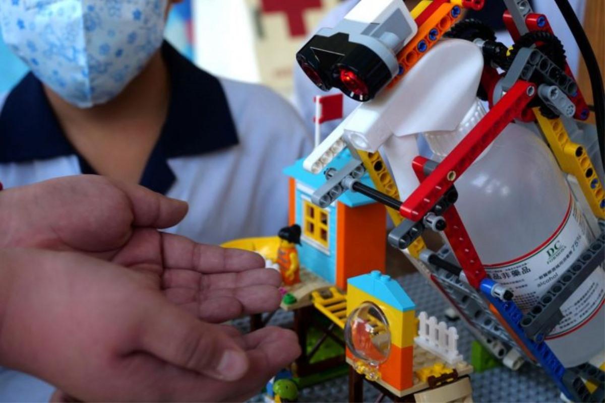 Trẻ em Đài Loan (Trung Quốc) tự sáng tạo robot Lego sát khuẩn phòng chống dịch Covid-19 (12/3/2020)