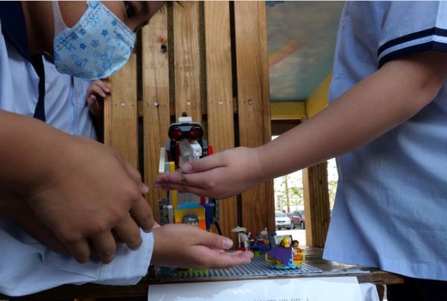 Trẻ em Đài Loan (Trung Quốc) sáng tạo robot Lego sát khuẩn phòng chống dịch Covid-19 (10/3/2020)