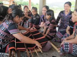 Người dân A Lưới, Tỉnh Thừa Thiên Huế, đưa thổ cẩm Zèng vào thời trang hiện đại (3/3/2020)