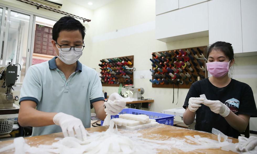 Nhóm tình nguyện Anti Covid-19 làm một vạn 'tai giả' tặng y bác sĩ tuyến đầu chống dịch (26/4/2020)