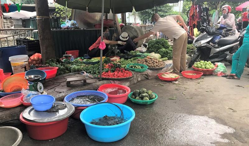 Chợ dân sinh tràn ngập hàng hóa, nhưng ít người mua (1/4/2020)