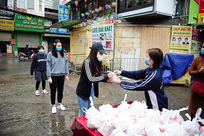 """Chương trình """"Ai cần cứ đến lấy - Chia sẻ thực phẩm hàng ngày, cùng nhau vượt qua Covid-19"""" tại Hà Nội (21/4/2020)"""