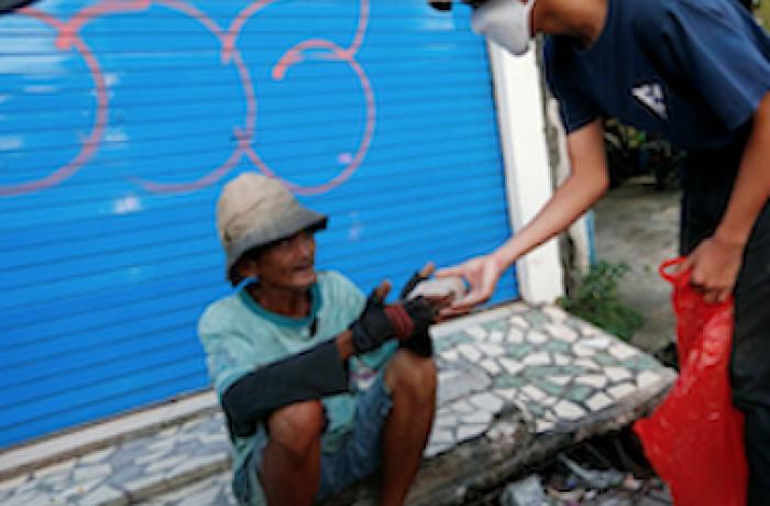 Sinh viên tình nguyện ở Indonesia hỗ trợ bữa ăn miễn phí cho người có hoàn cảnh khó khăn do Covid-19 (19/5/2020)