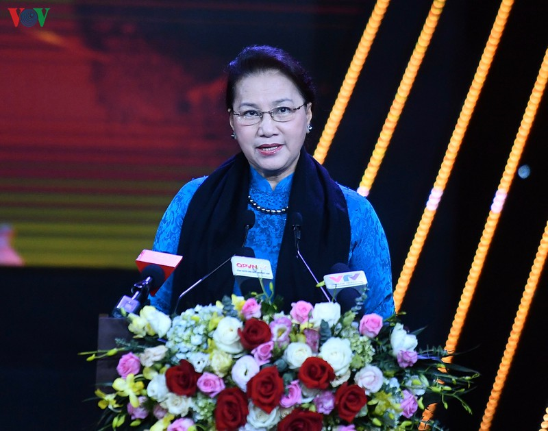 """THỜI SỰ 21H30 ĐÊM 30/6/2020: Chủ tịch Quốc hội Nguyễn Thị Kim Ngân dự chương trình """"Vinh quang trên tuyến đầu""""."""